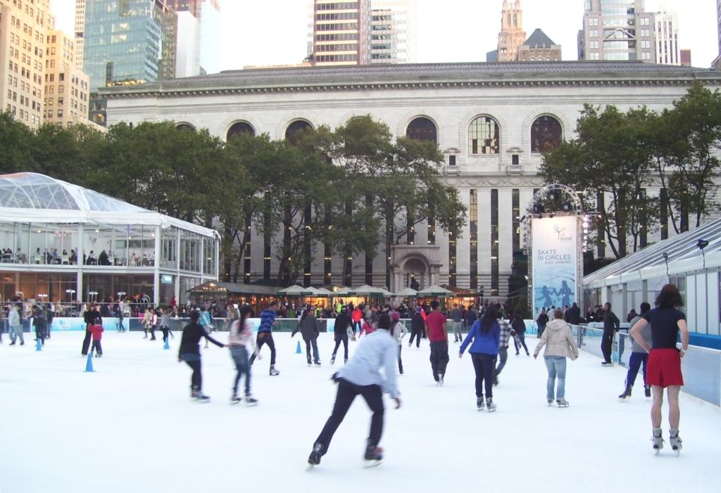 Personnes qui patinent à la patinoire extérieure de Bryant Park à New York
