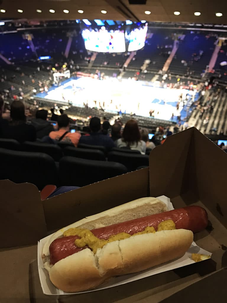 Manger un hot dog à un match de basket des New York Knicks