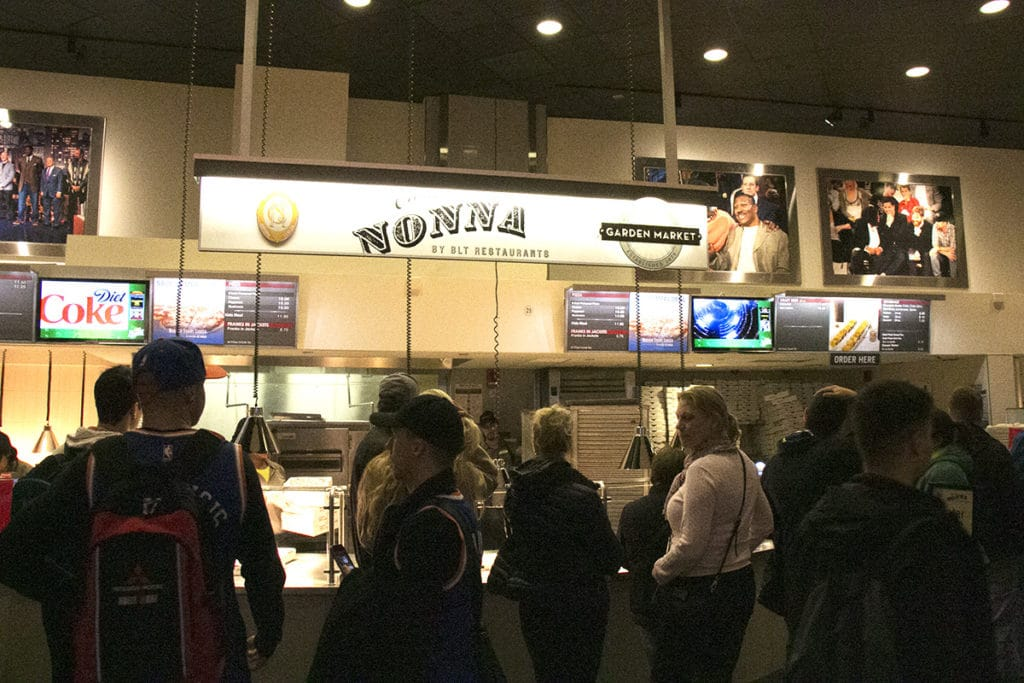 Fast food dans les couloirs du Madison Square Garden, match NBA des Knicks de New York