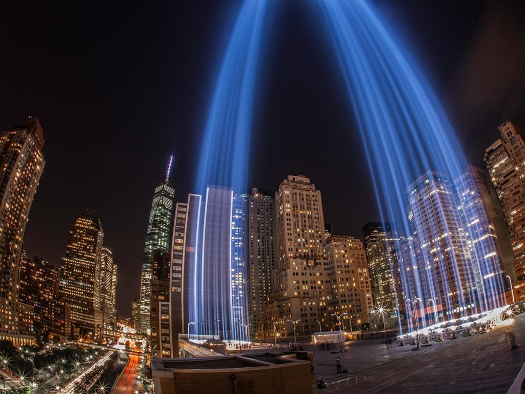 Faisceaux lumineux bleus en hommage aux victimes du 11 septembre à New York