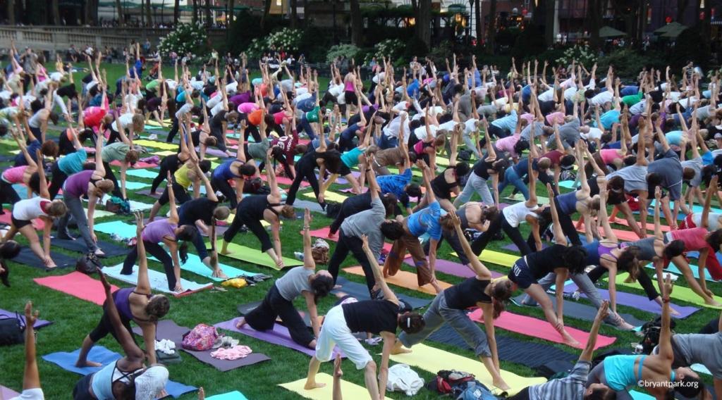 Cours de yoga à Bryant Park à New York