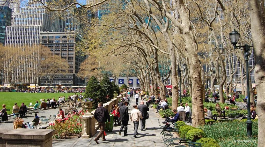Personnes se promenant à Bryant Park à New York