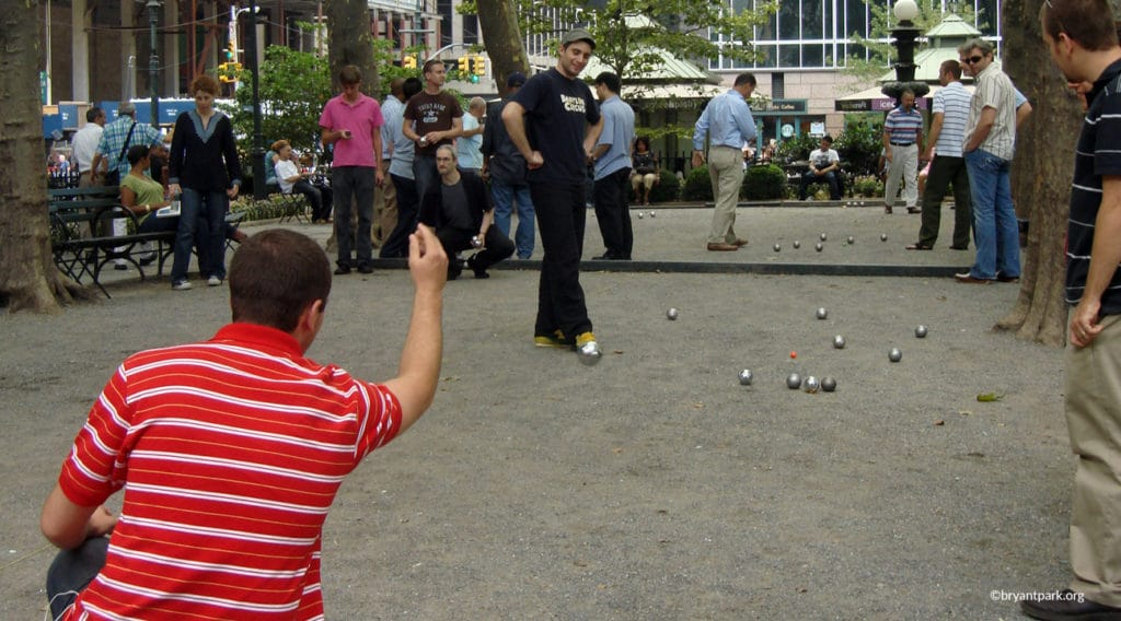 Personnes jouant à la pétanque à Bryant Park à New York