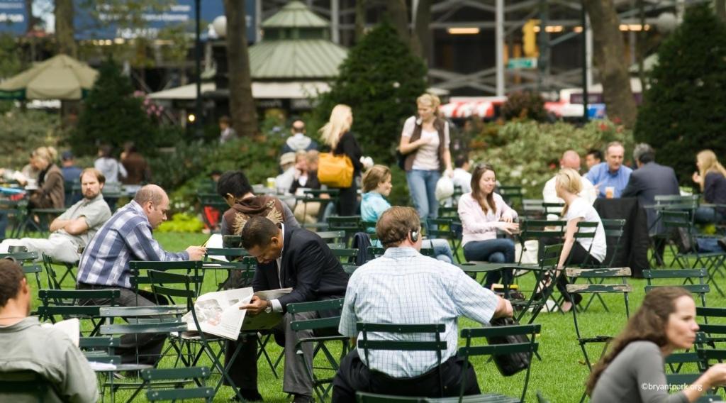 Personnes en train de lire à Bryant Park à New York