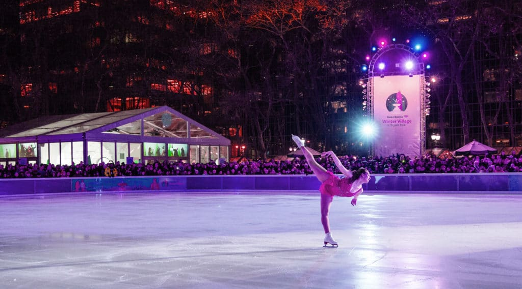 Patineuse sur la patinoire de Bryant Park à New York