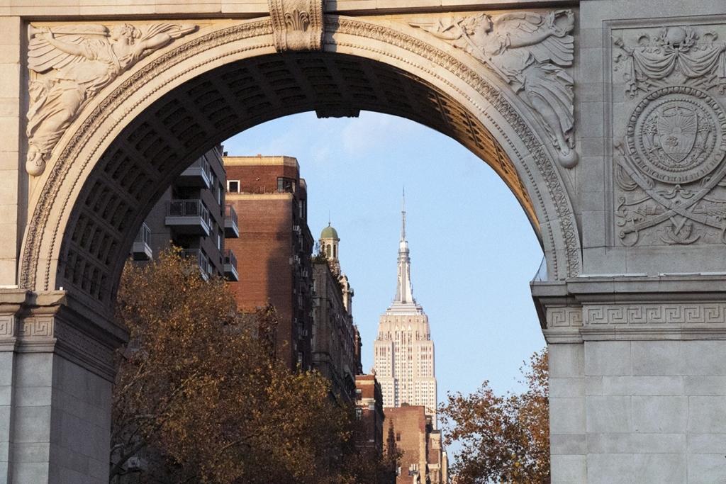 Vue de l'Empire State Building depuis l'arche de Washington square Park