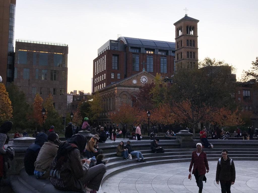 Des personnes assis dans le Washington Square Park