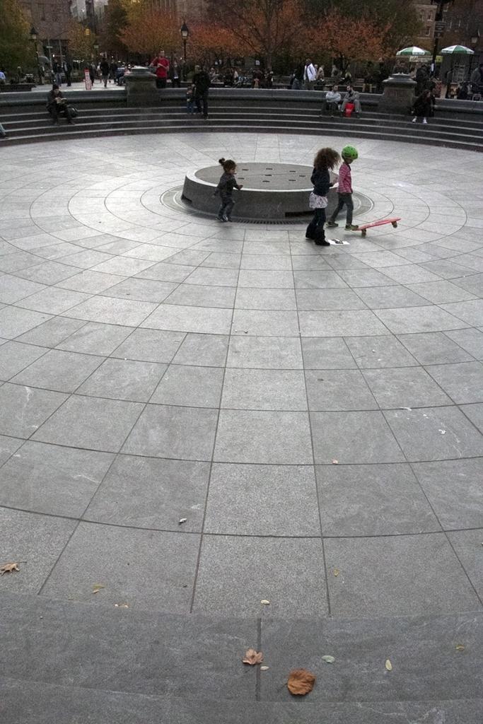 Des enfants qui jouent sur la place du Washington Square Park