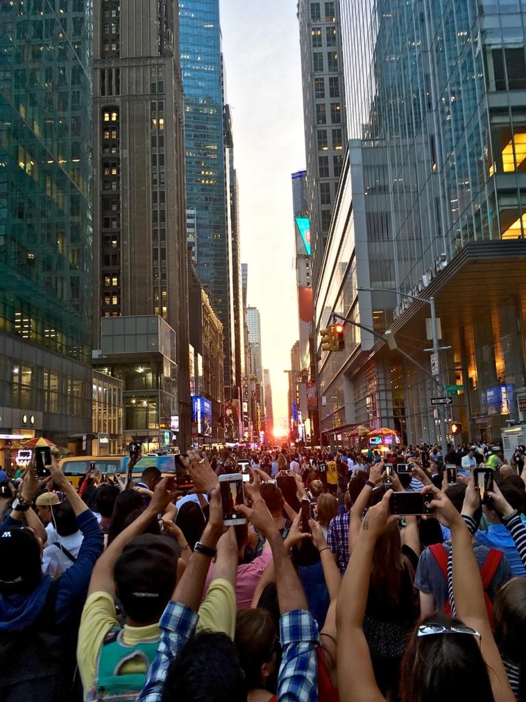 Une multitude de touristes pour voir le Manhattanhenge New York
