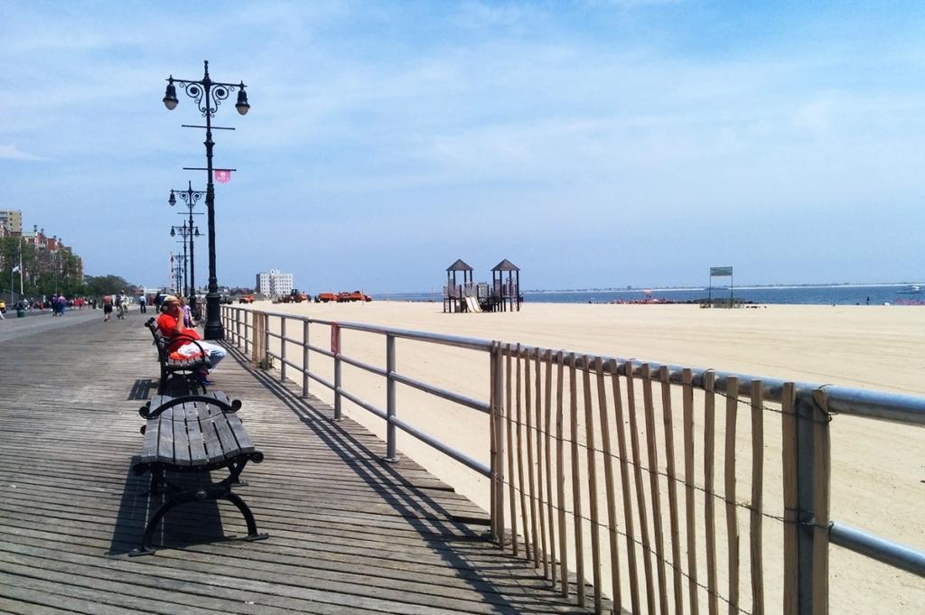 Promenade le long de la plage de Coney Island à New York