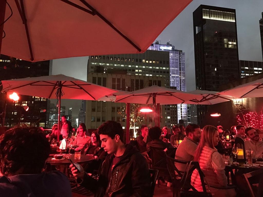 Personnes au rooftop Salon de Ning à New York