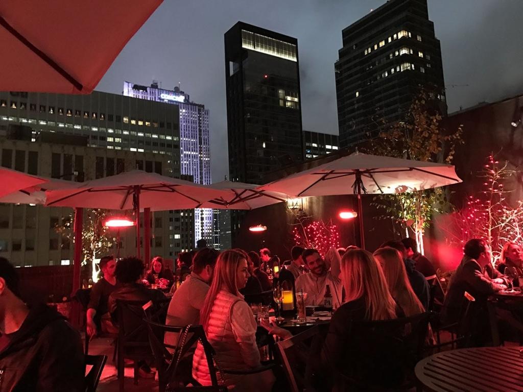 Personnes aux rooftop Salon de Ning à New York