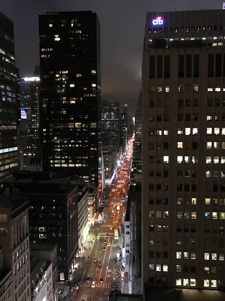 Vue de la 5ème avenue d'un rooftop à New York