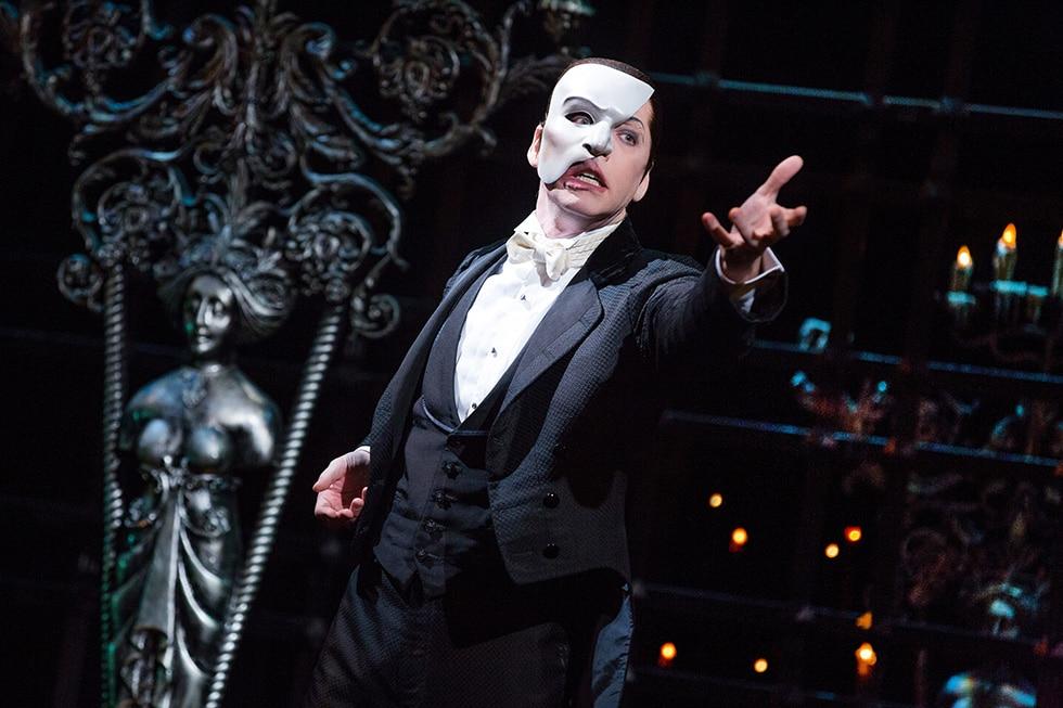 Le Fantôme de l'Opéra, c'est l'histoire d'un homme qui a un visage déformé et à moitié masqué.