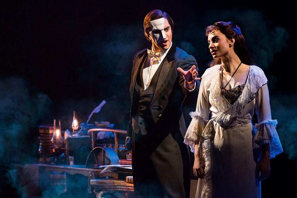 Le Fantôme de l'Opéra à Broadway, l'histoire d'un homme qui va devenir fou à l'idée que Christine puisse être amoureuse d'un autre