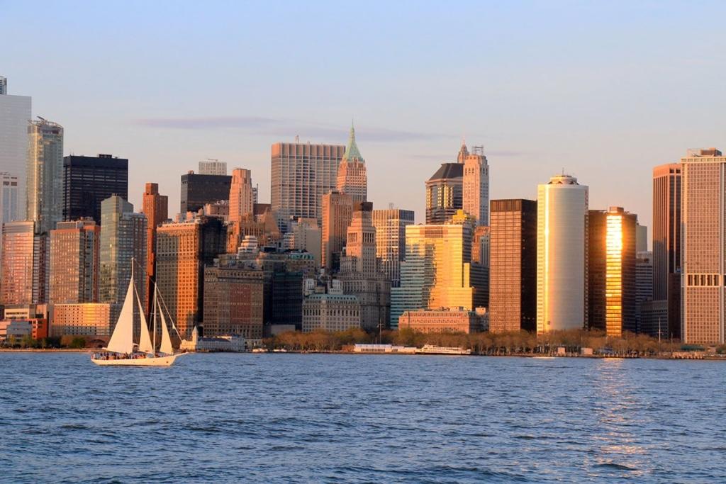 Vue sur les gratte-ciels de New York depuis une croisière en bateau