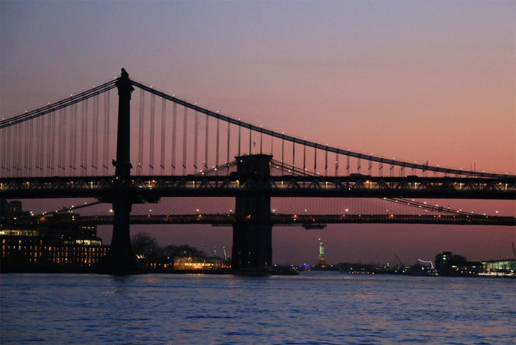 Vue sur les ponts de Brooklyn et Manhattan depuis croisière en bateau