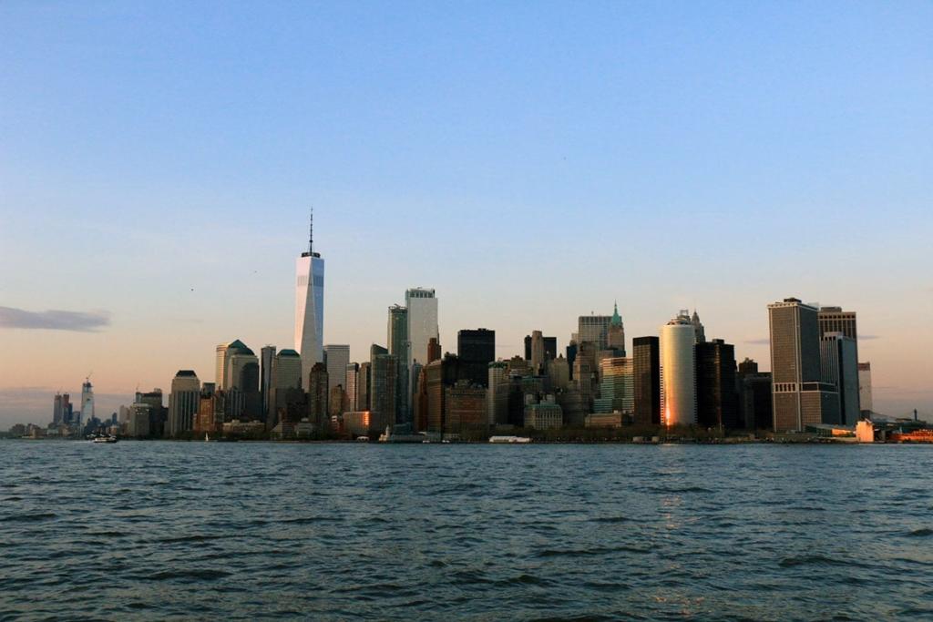 Vue des gratte-ciels à New York depuis une croisière en bateau