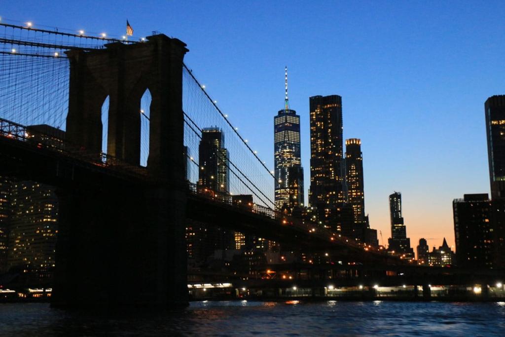 Pont de Brooklyn la nuit à New York