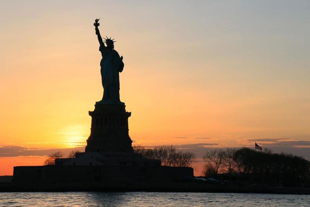 Vue de la Statue de la Liberté au coucher de soleil