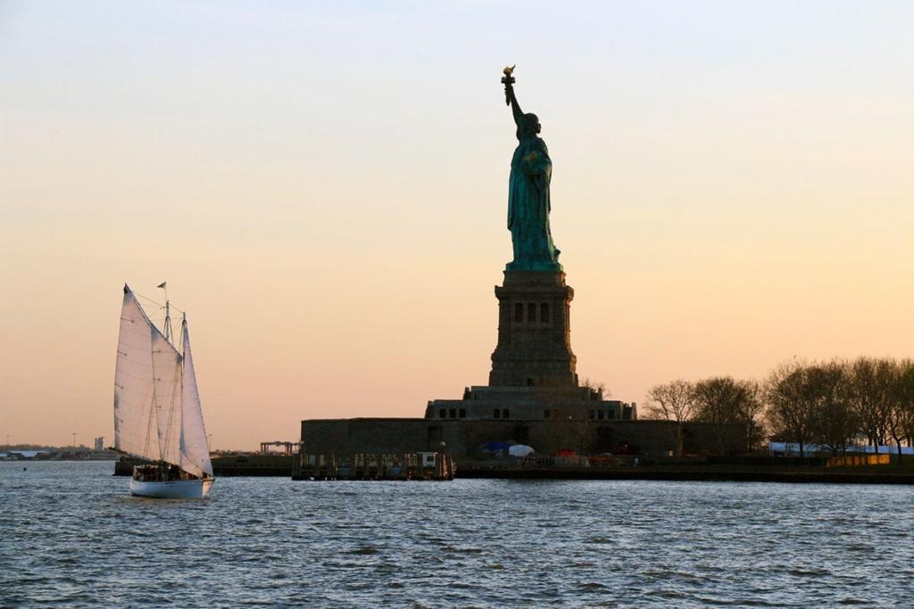 Statue de la liberté au coucher de soleil à New York