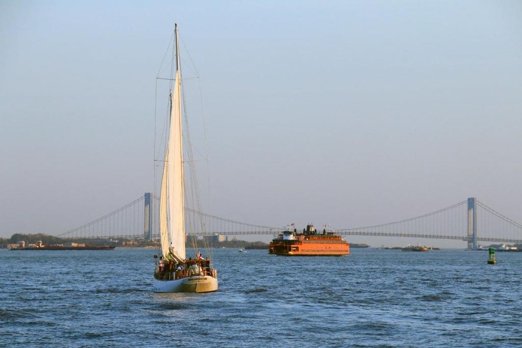 Vue sur l'eau depuis une croisière en bateau autour de New York