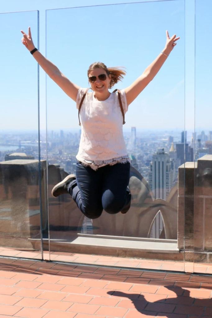 Femme qui saute au top of the Rock