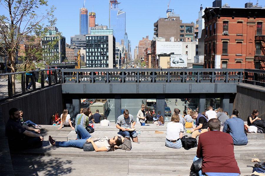 Personnes se reposant sur la promenade de la High Line à New York