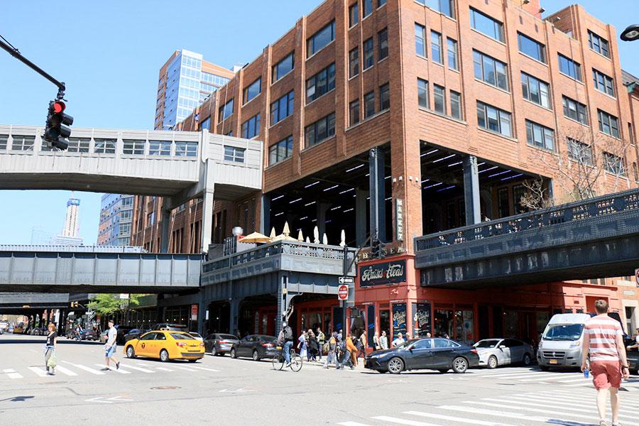 Vue de la High Line depuis la rue à New York