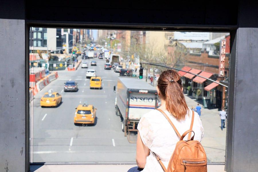 Femme de dos regardant la vue sur la rue de la High Line à New York
