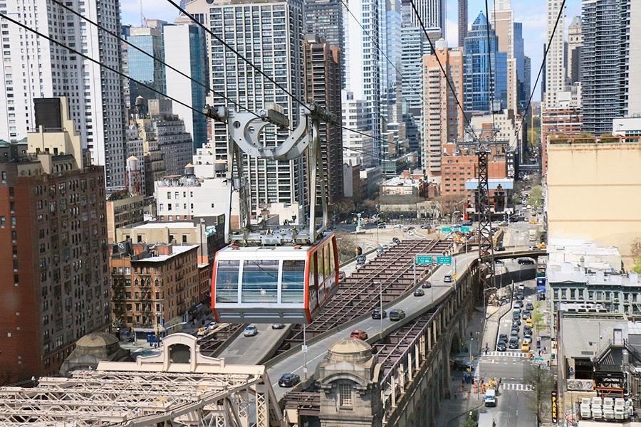 Vue du téléphérique de Roosevelt Island passant au dessus de New York