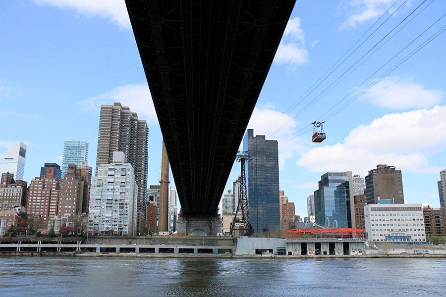 Passage en dessous d'un pont dans le téléphérique de Roosevelt Island à New York