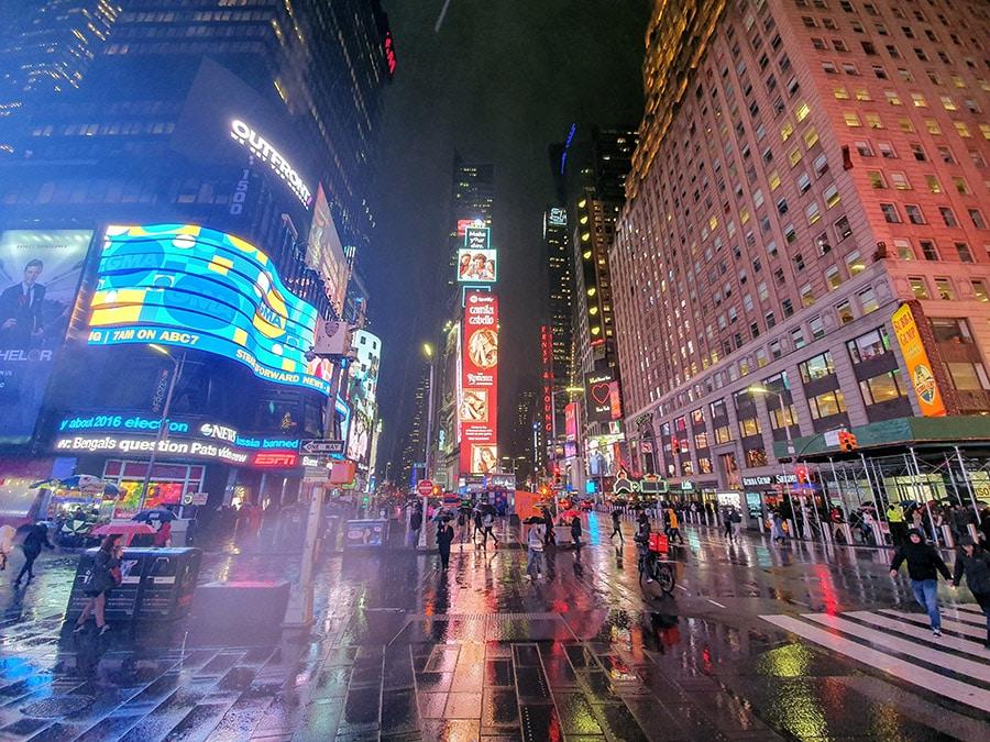 Photo de Times Square de nuit sous la pluie