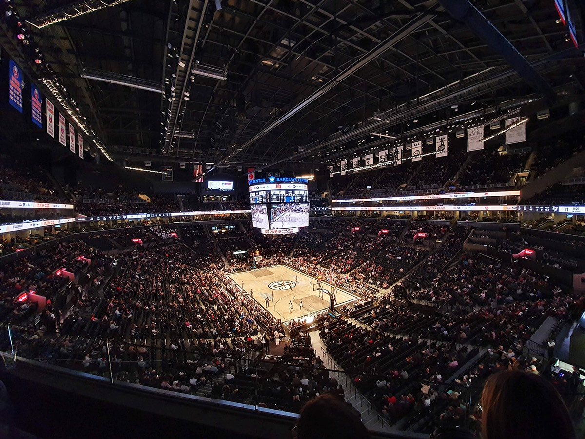 Intérieur du Barclays Center, match de NBA des Brooklyn Nets