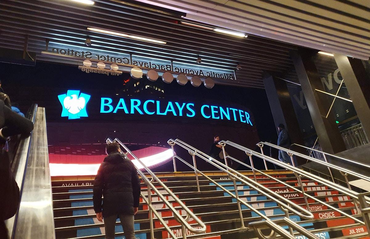 Vue du Barclays Center de la sortie de métro