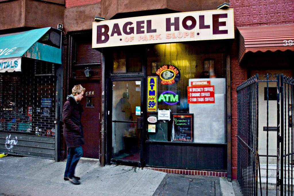 Bagel Hole situé à Brooklyn à New York propose des bagels faits main et cuits sur place.