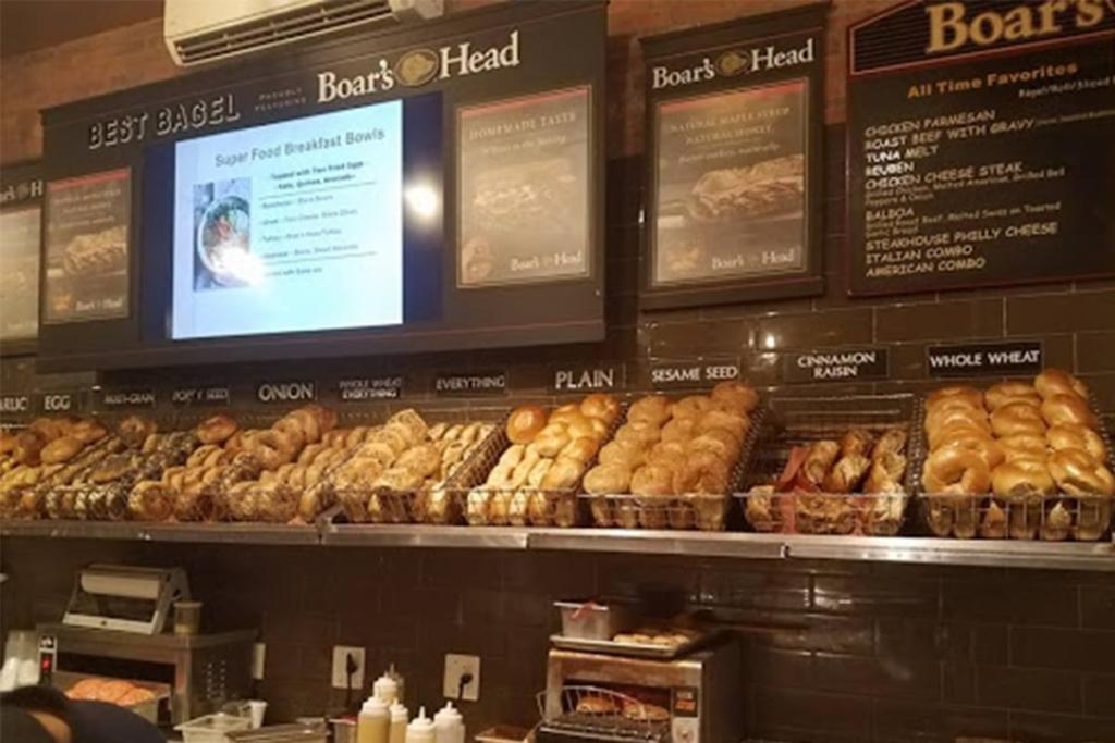Best Bagel & Coffee situé proche de l'Empire State Building à New York propose des bagels à composer soi-même avec des pains délicieux.