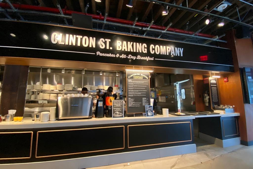 Clinton Street Baking Company situé dans le Downtown Manhattan à New York est réputé pour ses pancakes de qualité typiques du pays.