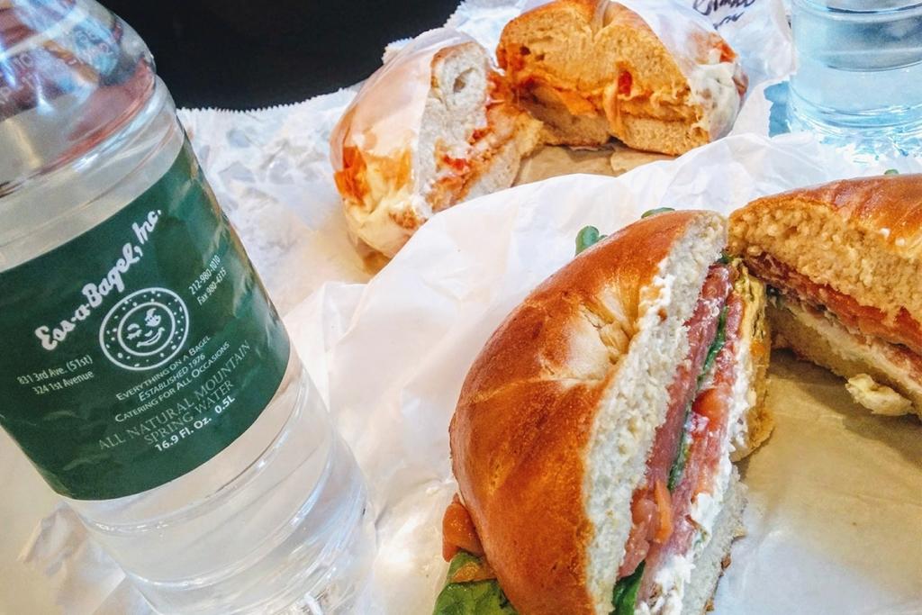 Ess a Bagel, situé dans le Midtown East à New York propose une grande variété de bagels à base de produits frais.