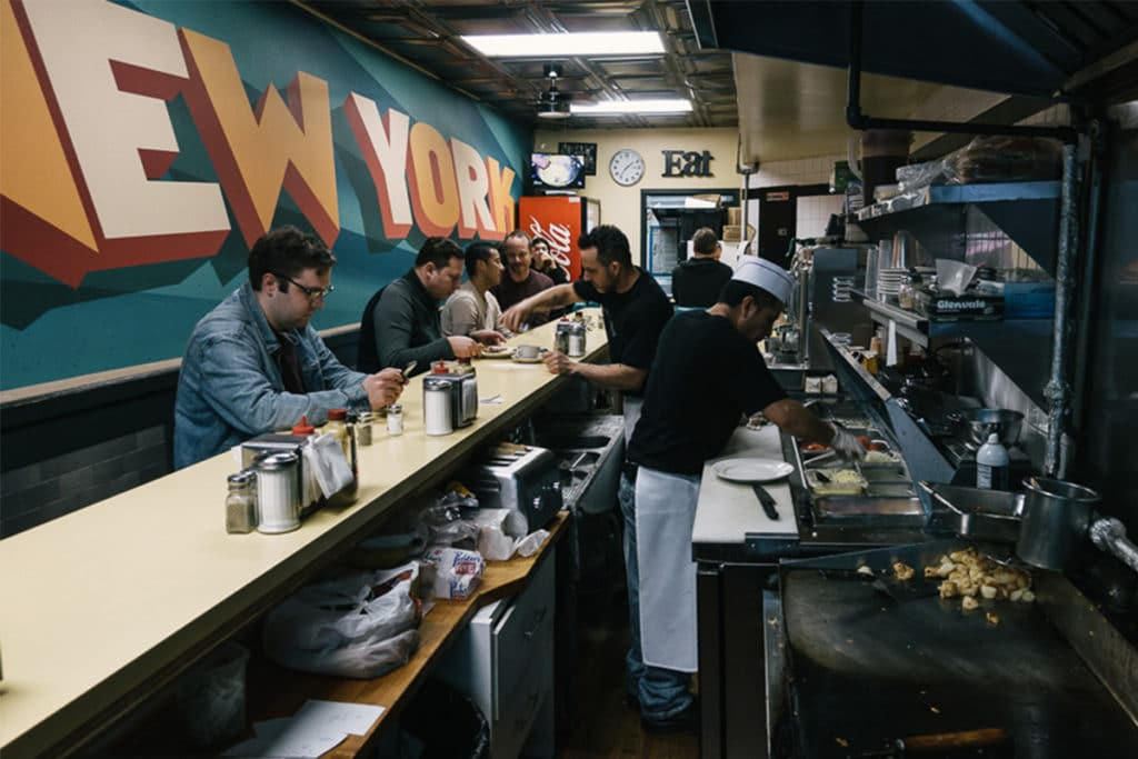 Johny's Luncheonette situé proche de l'Empire State Building à New York propose des pancakes à des prix très abordables dans une ambiance typiquement américaine.