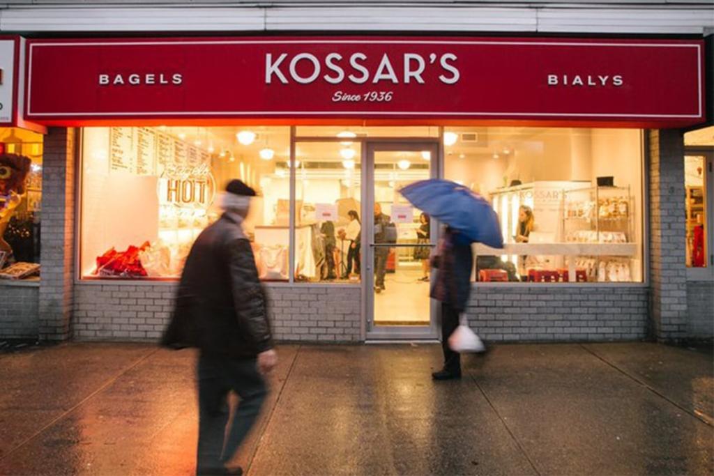 Kossar's Bagels & Bialys situé dans le Downtown Manhattan à New York propose à la fois des bagels mais également des bialys qui n'ont pas de trou au milieu mais simplement un creux.