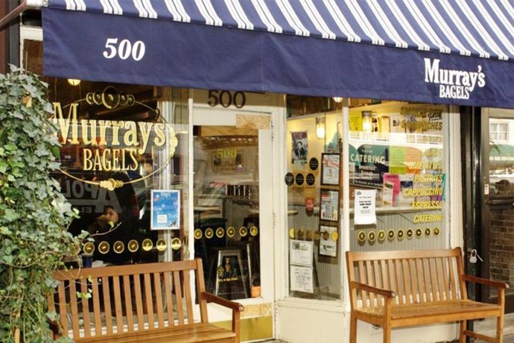 Murray's Bagels situé dans le West Village à New York est très réputé pour ses bagels à composer soi-même de très bonne qualité.