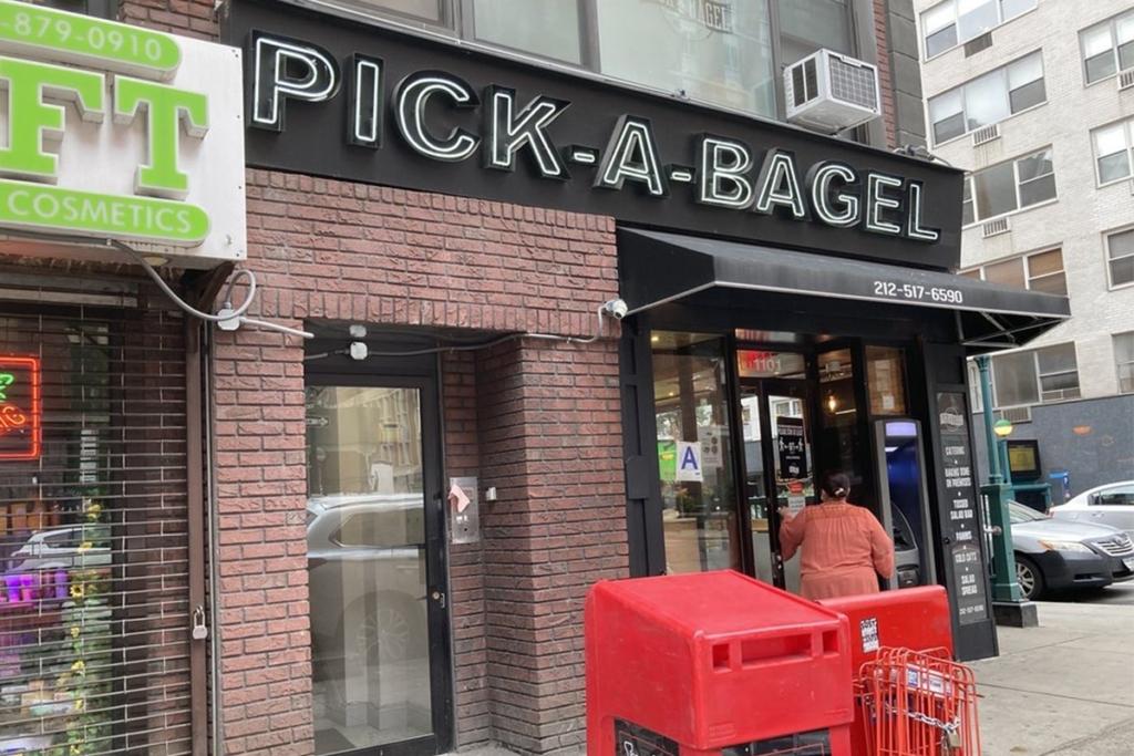 Pick a Bagel situé proche de Times Square à New York propose des bagels parfaits pour le déjeuner ou pour un snack rapide.
