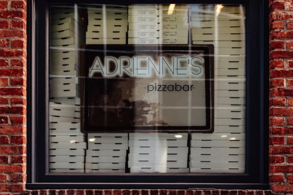 La pizzeria Adrienne's pizza bar situé dans le quartier financier de Manhattan à New York propose des grandes pizzas à partager à plusieurs.