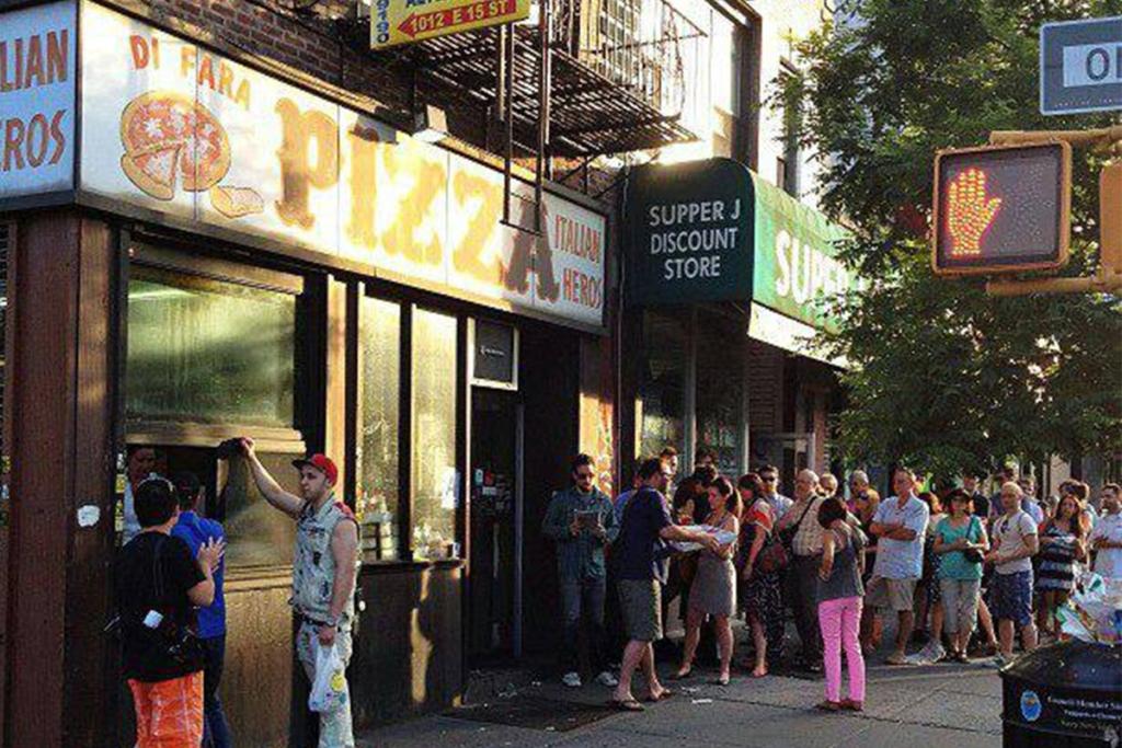 La pizzeria Di Fara situé à Brooklyn à New York est réputée pour ses pizzas typiquement italiennes avec une pâte épaisse mais croustillante.