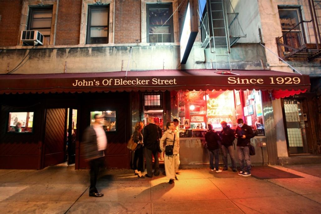 La Pizzeria John's of Bleecker Street situé dans le West Village à New York propose de goûter à des pizzas à des prix très raisonnables dans une ambiance chaleureuse.
