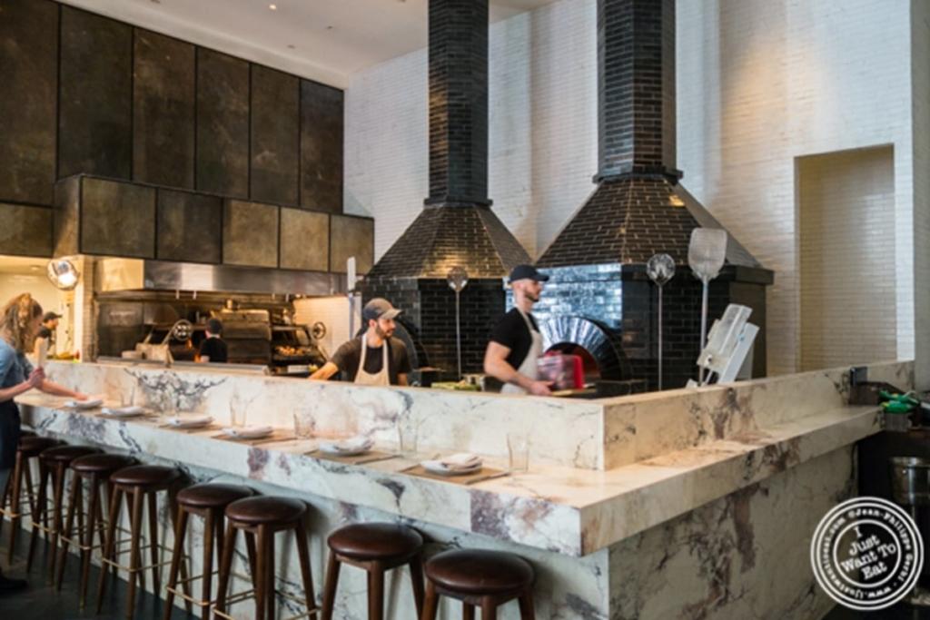 La Pizzeria Marta's situé dans l'hôtel Redbury proche de l'Empire State Building à New York propose des pizzas cuites au feu de bois qui se trouve au milieu de la salle du restaurant.