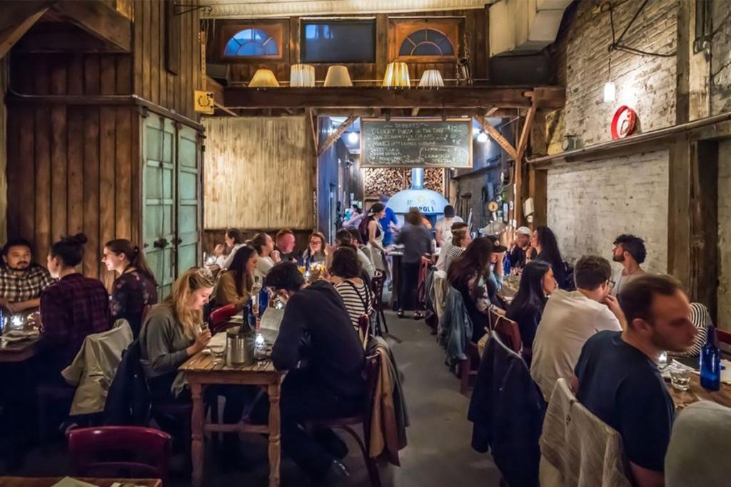 La pizzeria Paulie Gee's situé à Brooklyn à New York propose un large choix de pizzas dans une ambiance tamisée.