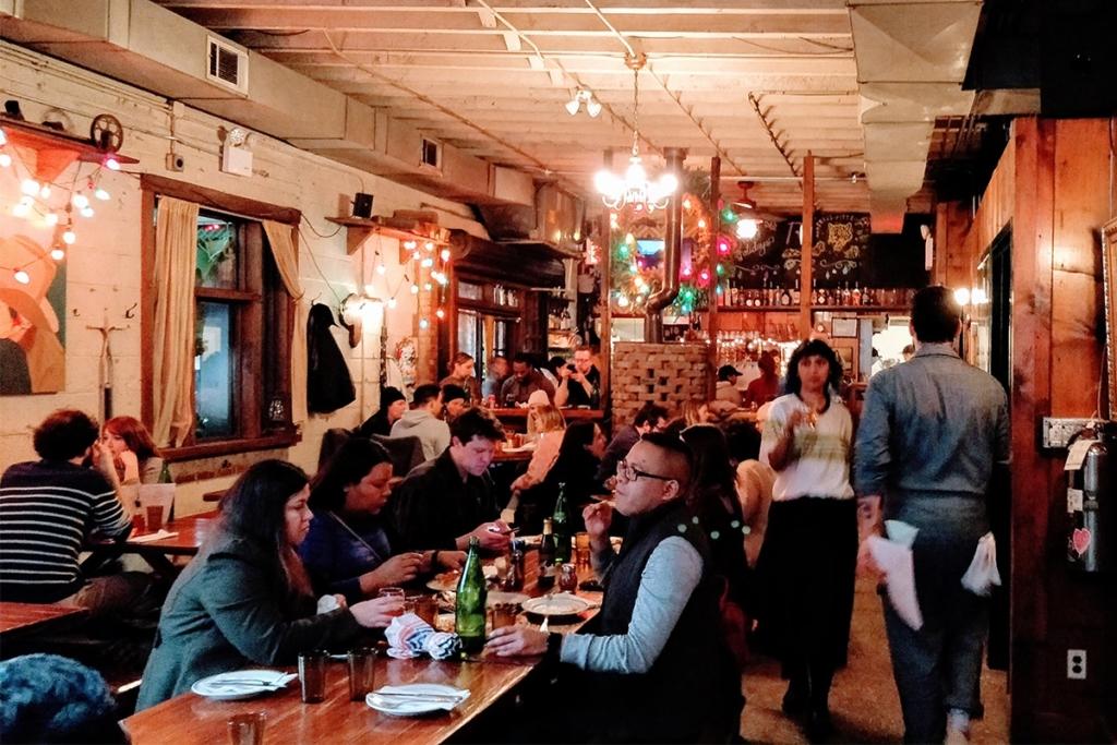 La pizzeria Roberta's situé dans le quartier de Bushwick à Brooklyn à New York propose des pizzas à base de produits frais dans une ambiance typiquement new-yorkaise.