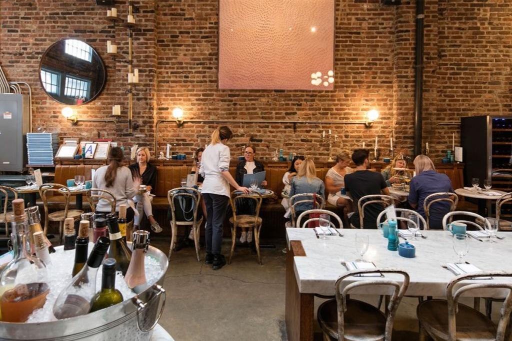 Le restaurant Sadelle's situé dans le Downtown Manhattan à New York propose des brunchs composés en partie de bagels de très bonne qualité.
